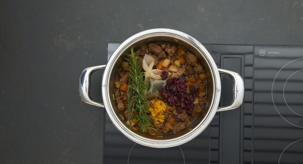 Incorporar la ralladura de naranja, el romero, el tomillo, los arándanos y rehogar durante otros 15 minutos.