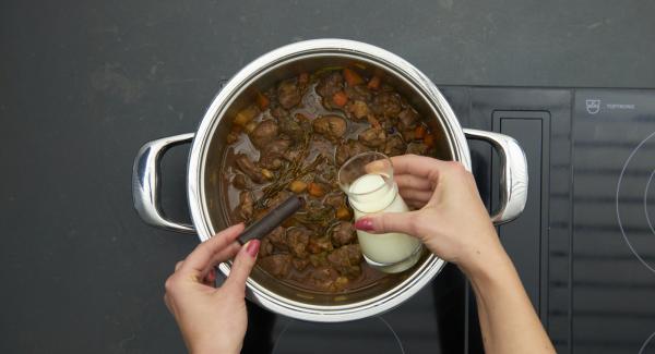 Añadir el espesante de salsa o harina de maíz y espesar ligeramente, verter la nata y el chocolate en ella. Sazonar al gusto con sal y pimienta.