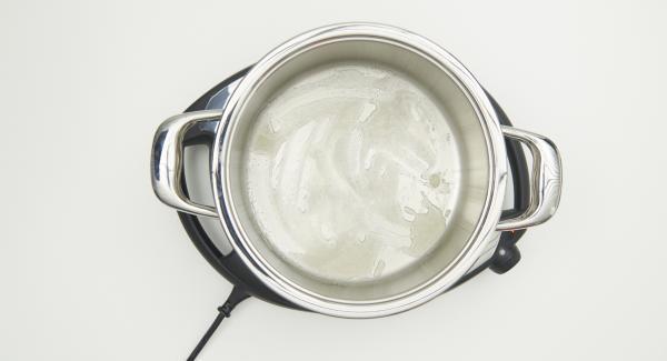 Colocar la olla en el Navigenio a temperatura a nivel 4. Remover ligeramente y dejar que el azúcar se caramelice poco a poco.