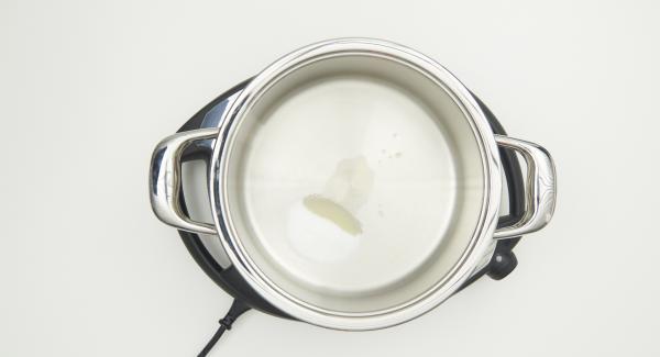 En una olla, incorporar 2 cucharadas de zumo de limón y 2 cucharadas de azúcar.