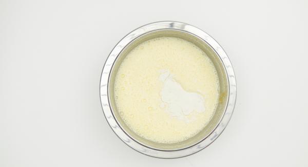 Añadir la harina y la levadura en polvo y mezclar.