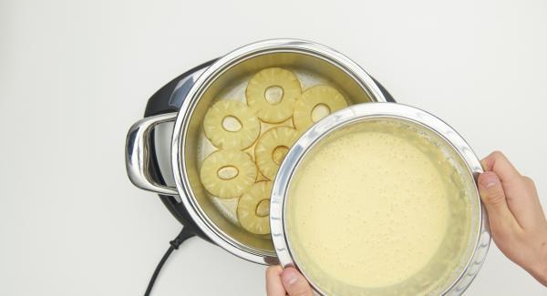 Incorporar la masa sobre la piña y tapar. Colocar la olla en el Navigenio a nivel 2.
