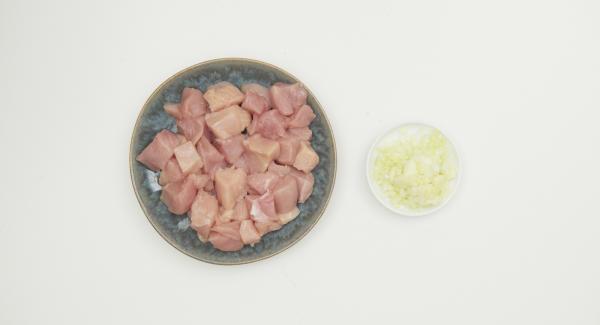 Cortar la pechuga de pollo en dados grandes de aprox. 2,5 cm y pelar y cortar la cebolla finamente.