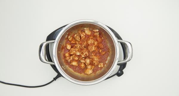Al finalizar el tiempo de cocción, batir las espinacas y mezclar con el pollo. Sazonar al gusto antes de servir.
