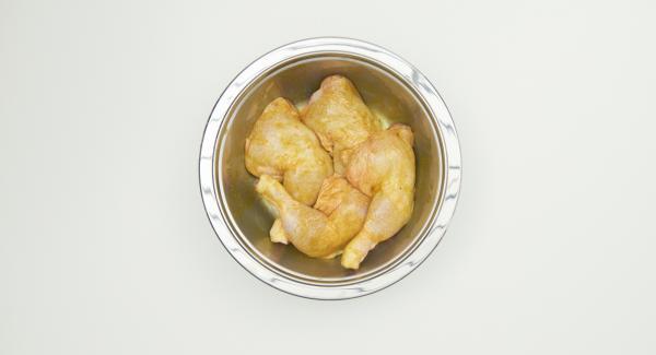 En un bol, mezclar la cúrcuma, el comino, el cilantro y la sal con aceite de oliva. Introducir los muslos de pollo y dejar macerar.