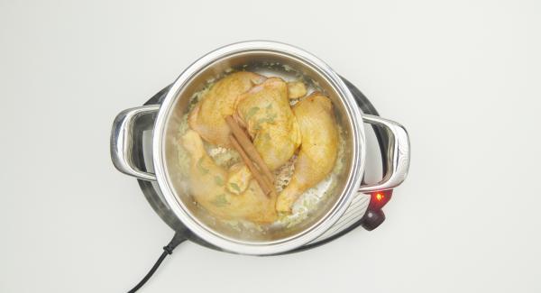 """Cuando el Avisador emita un pitido al llegar a la ventana de """"chuleta"""", bajar temperatura de Navigenio nivel 2, añadir la cebolla y cocinar brevemente. Incorporar el pollo, la canela en rama y el laurel troceado."""