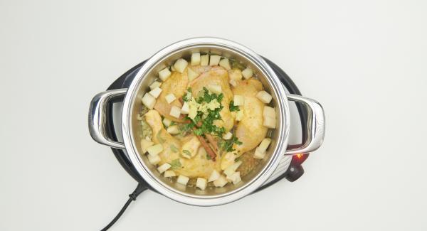 Añadir el cilantro, la ralladura de jengibre, el agua y la mitad de los dados de pera.