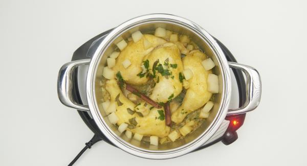 Al finalizar del tiempo de cocción, incorporar los dados de pera restantes, añadir la miel y servir.