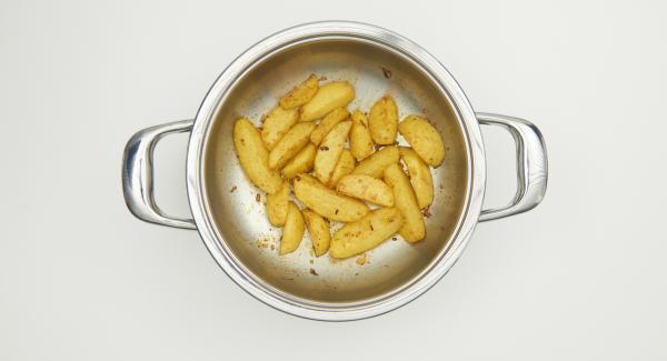 Al finalizar el tiempo de cocción, cambiar el Navigenio a temperatura alta. Hornear las patatas con la ayuda del Avisador durante unos 5 minutos hasta que estén doradas.