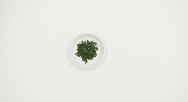 Picar finamente el perejil fresco y espolvorear sobre las patatas asadas y servir.