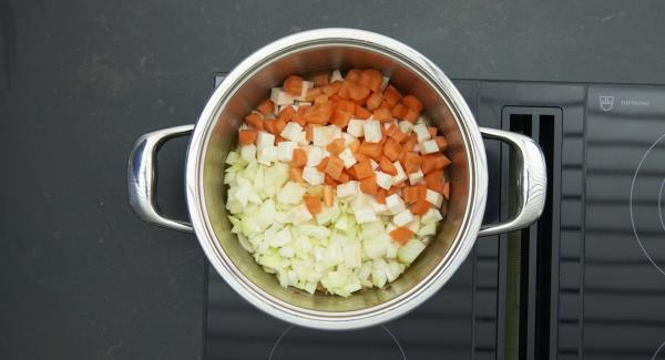 Asar las verduras y las cebollas. Incorporar el tomate concentrado, el vino tinto y la salsa de carne y volver a añadir la carne.