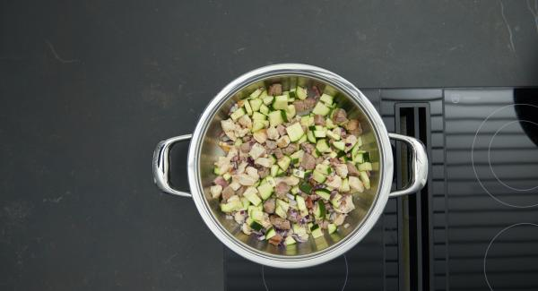 Quitar la tapa, voltear la carne. Añadir las verduras y asar brevemente. Añadir los tomates y el caldo.