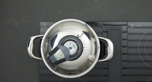 """Encender el Avisador, introducir 20 minutos de tiempo de cocción. Colocarlo en el pomo y girar hasta que aparezca el símbolo de """"zanahoria"""".Cuando el Avisador emita un pitido al llegar a la ventana de """"zanahoria"""", bajar temperatura y cocer hasta el final."""