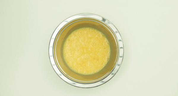 Sazonar los huevos con sal y pimienta y batir con un tenedor. Limpiar las verduras y triturarlas junto con las hierbas en el Quick Cut. Añadir la levadura a la harina y mezclar con la mezcla de verduras y huevos en un recipiente de 20 cm.