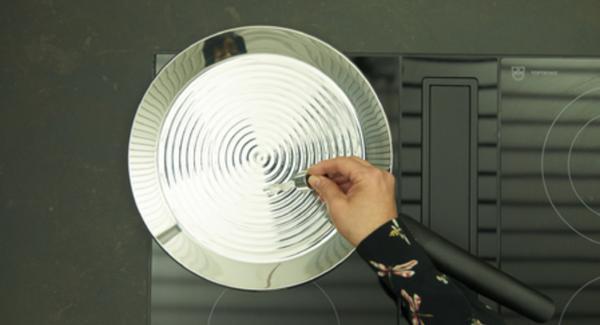 Calentar la oPan XL a temperatura máxima, hasta que se alcance la temperatura ideal (cuando las gotas de agua bailen).