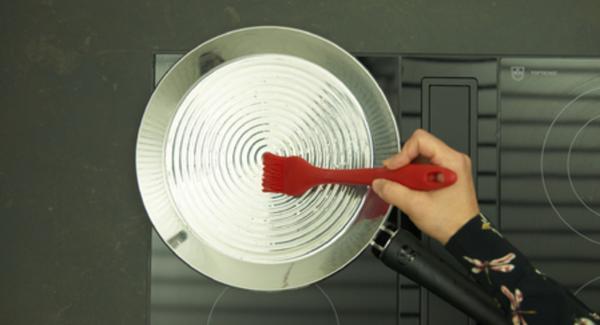 Bajar la temperatura a nivel medio y añadir el aceite. Distribuir uniformemente en la oPan XL.