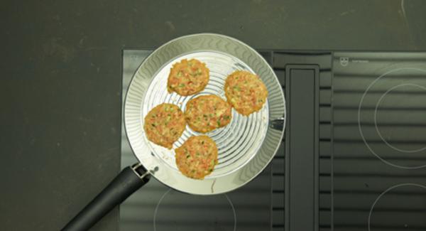 Añadir 5 porciones pequeñas a la oPan XL y asasr por ambos lados durante unos 2 minutos.