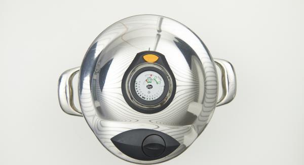 Al finalizar el tiempo de cocción, colocar la olla sobre una tapa invertida o en una superficie resistente al calor y dejar despresurizar.