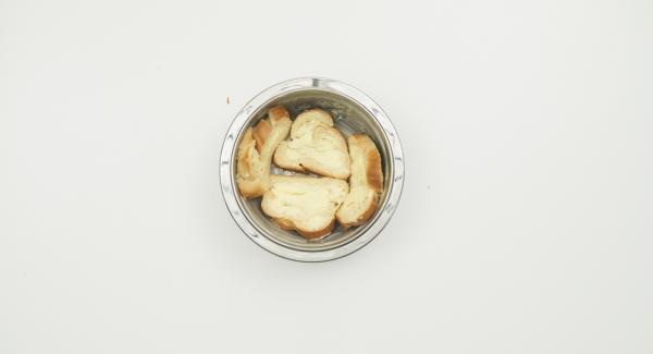 Colocar las rebanadas de pan en las paredes del bol. Espolvorear las pasas y nueces sobre el pan.