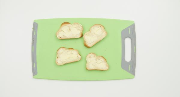 Untar las rebanadas de pan con la mantequilla blanda (a temperatura ambiente) y untar la superficie del bol con un poco de mantequilla.