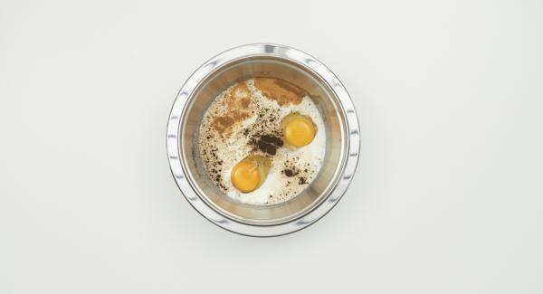 Batir la leche, los huevos, el azúcar, y las especias. Añadir la mezcla al bol con el pan.