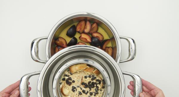 Colocar el bol del pudin de pan dentro del Accesorio súper-vapor. Colocar el Accesorio súper-vapor encima de la olla y tapar con la Tapa Súper-Vapor.