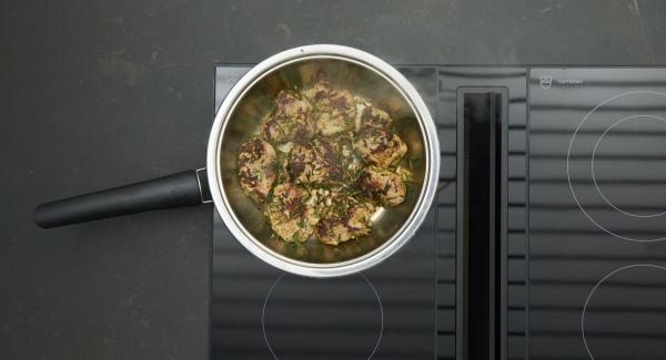 Dar la vuelta a los filetes y asar hasta alcanzar los 90ºC. Retirar los medallones y sazonar con sal. Freír la cebolla, verter el vino de Oporto, el caldo de carne y dejar reducir.