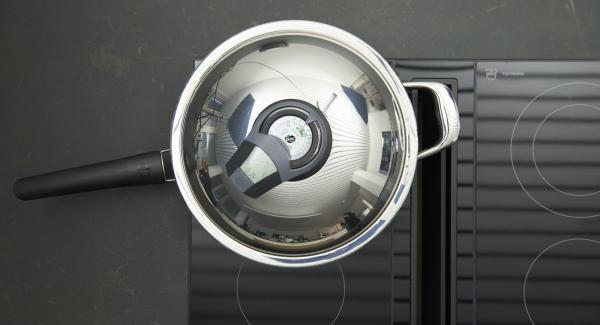 """Introducir los espárragos blancos en la HotPan 28 cm a temperatura máxima. Encender el Avisador, introducir 15 minutos de tiempo de cocción. Colocarlo en el pomo y girar hasta que se muestre el símbolo de """"zanahoria"""". Cuando el Avisador emita un pitido al llegar a la ventana de """"zanahoria"""", bajar la temperatura y cocer hasta el final."""