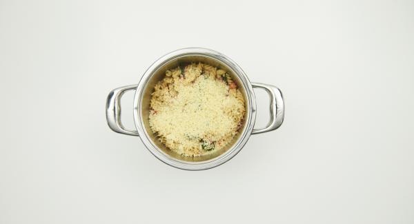 Retirar la Tapa rápida y añadir la crema. Sazonar con pimentón en polvo, sal, pimienta y espolvorear el queso.
