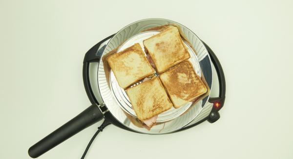 Bajar temperatura nivel 2 y colocar las rebanadas de pan en la oPan XL. En cuanto están hechas, dar la vuelta y asar.