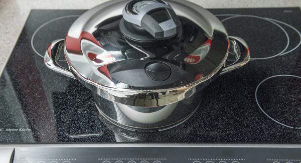 """Agregar la col de Milán y el puerro tapar con la Tapa Rápida. Colocar la olla en el fuego a temperatura máxima. Encender el Avisador (Audiotherm) e introducir 5 minutos de tiempo de cocción. Colocarlo en el pomo (Visiotherm) y girar hasta que aparezca el símbolo de """"Soft""""."""