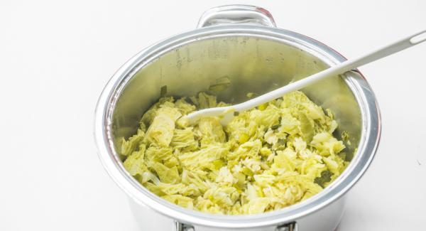 """Dejar despresurizar la Tapa Rápida  pulsando el botón amarillo y retirar. Mezclar todo bien, refinar con la nata líquida y sazonar al gusto. Disponer el """"risotto"""" de pasta con avellanas y queso parmesano."""