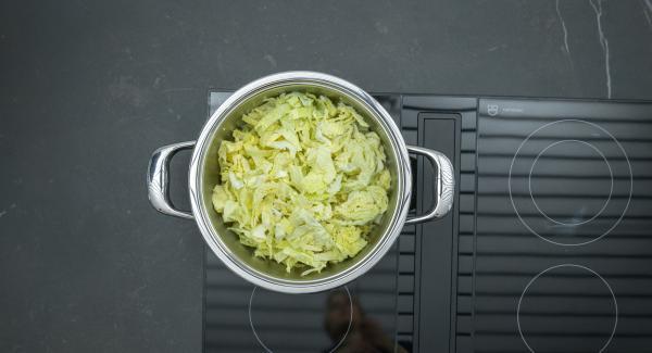 Añadir la col de Saboya y el caldo de verduras. Tapar con la Tapa Rápida.
