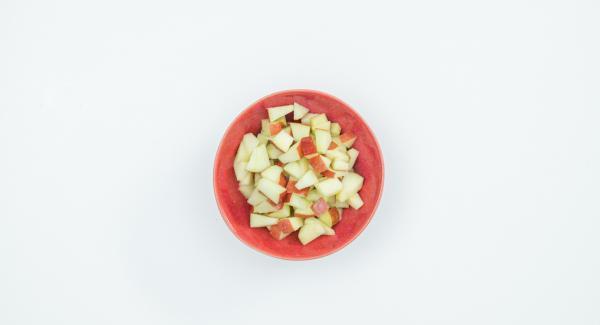 Mientras tanto, lavar la manzana, quitar las semillas y cortarla en dados pequeños. Despresurizar la Tapa Rápida pulsando el botón amarillo y retirar.