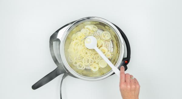 """Cuando el Avisador emita un pitido al llegar a la ventana de """"chuleta"""", bajar temperatura de Navigenio (nivel 2) y freír la cebolla hasta que esté dorada. retirar la sartén."""