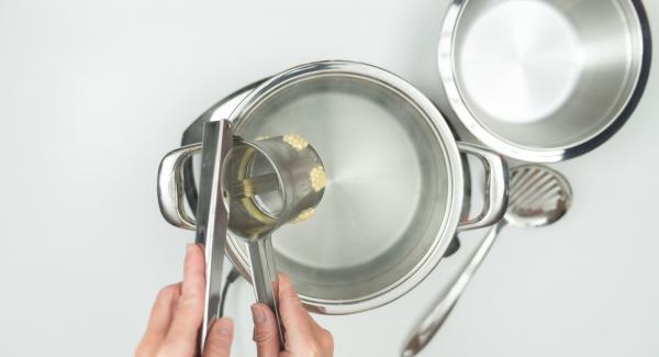 Poner mucha agua en una olla. Salar el agua, remover y llevar a ebullición. Utilizando una prensa para masas, introducir los fideos de masa en el agua hirviendo o bien los fideos cortado previamente.  Una vez que los fideos estén flotando encima, sacarlos y mantenerlos calientes.