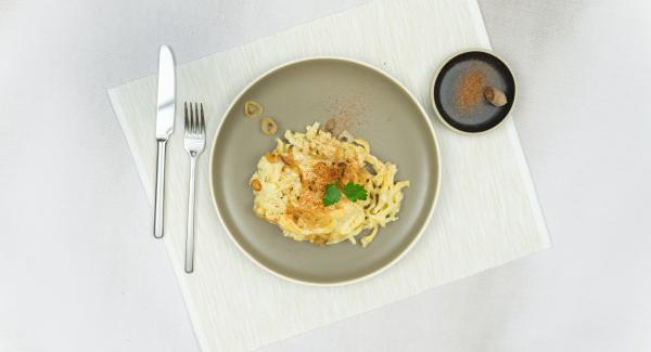 Colocar el Navigenio en modo de horno (poniéndolo invertido encima de la olla) y ajustar a temperatura alta. Cuando el Navigenio parpadee en rojo/azul, introducir 6 minutos en el Avisador y gratinar hasta que el queso esté dorado.