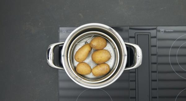 Verter agua (unos 250 ml) en una olla. Colocar las patatas  en la Softiera, introducir en la olla y tapar con la Tapa Rápida.