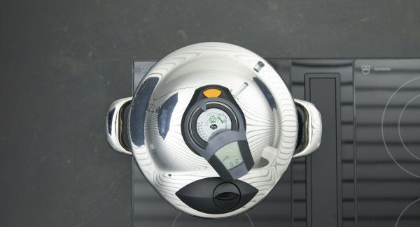"""Colocar la olla en el fuego a temperatura máxima. Encender el Avisador (Audiotherm) e introducir 12 minutos de tiempo de cocción. Colocarlo en el pomo (Visiotherm) y girar hasta que aparezca el símbolo de """"soft"""". Cuando el Avisador emita un pitido al llegar a la ventana """"soft"""", bajar temperatura y cocinar hasta el final."""