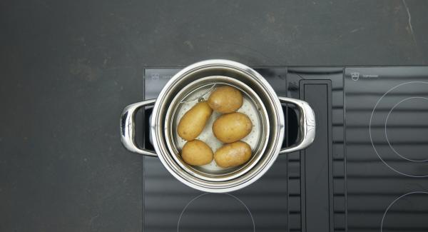 Despresurizar la Tapa Rápida pulsando el botón amarillo y destapar. Dejar que las patatas se enfríen un poco, pelarlas y prensarlas con una prensa de patatas o un tenedor. Dejar enfriar completamente.