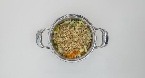 Cuando el Avisador emita un pitido al finalizar el tiempo de cocción, extender la mezcla crujiente sobre las verduras y colocar la olla en la tapa invertida.