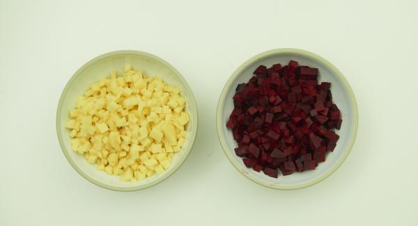 Pelar la remolacha y cortarla en dados pequeños (puedes utilizar guantes). Pelar las patatas y cortarlas en dados pequeños.
