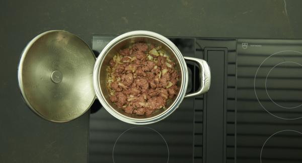 """Cuando el Avisador emita un pitido al llegar a la ventana de """"chuleta"""", bajar la temperatura y asar. Añadir la carne y dejar que se caliente."""