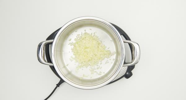 Pelar las cebollas, picarlas en el Quick Cut y ponerlas en una olla fría.