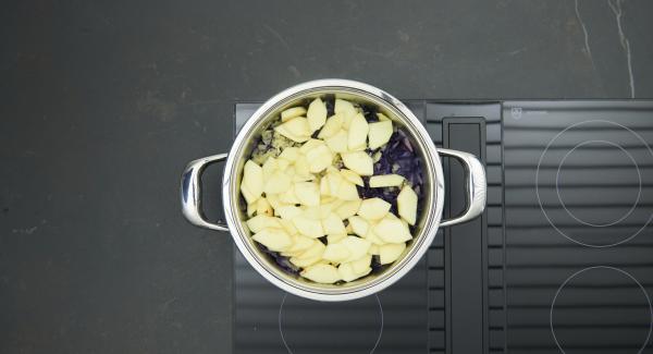 Al finalizar el tiempo de cocción, retirar de la olla, las hojas de laurel, el anís estrellado y la canela en rama. Pelar, deshuesar y cortar las manzanas y peras en rodajas. Añadir el zumo de manzana a la olla y las rodajas de las manzanas y peras.