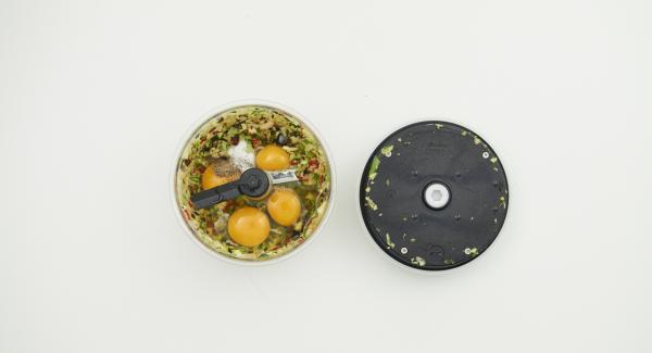 Limpiar las verduras y picarlas en Quick Cut. Añadir los huevos, el aceite de oliva, la sal y la pimienta y mezclar de nuevo en Quick Cut.