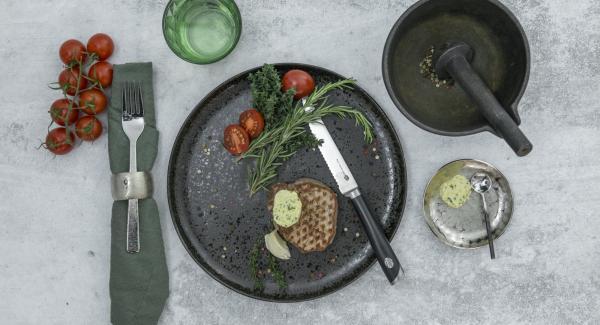 Voltear y asar hasta el final. Sazonar, esparcir ramitas de tomillo y romero y el ajo sobre la carne. Tapar y dejar reposar durante aprox. 1 minuto y servir.