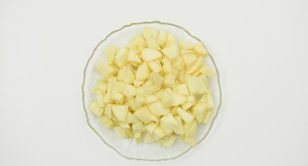 Pelar la manzana, quitarle el corazón y cortar a trozos pequeños.