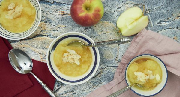 Triturar las manzanas con un batidor eléctrico.
