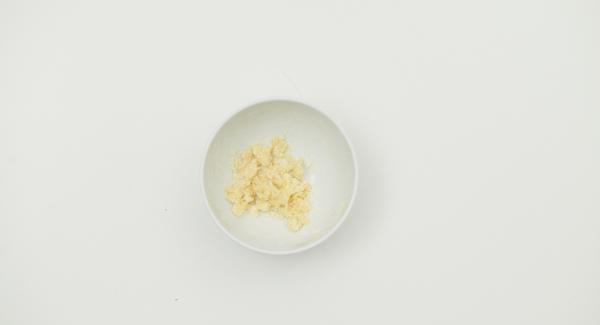 Mezclar la harina y la mantequilla blanda. Añadir la mezcla a la olla, remover y añadir la nata.Cocinar a temperatura baja durante dos minutos.